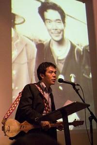 Ngawang_Choephel_at_podium_w_dranyen